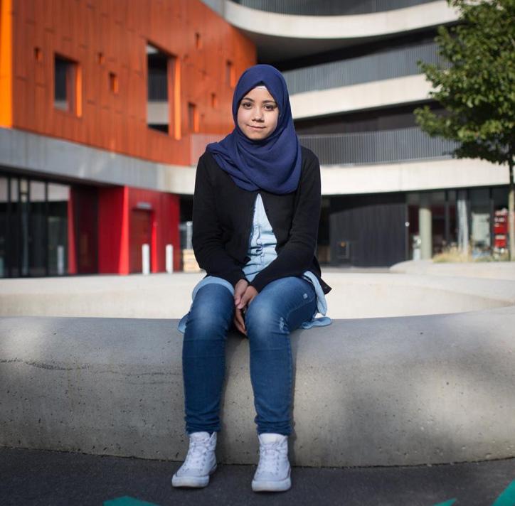 En flyktning som forteller om oppvekst i og flukt fra Syria. Fra Vi i Larvik.