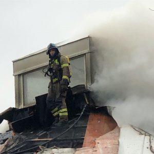 Brannmann på taket under brannen.