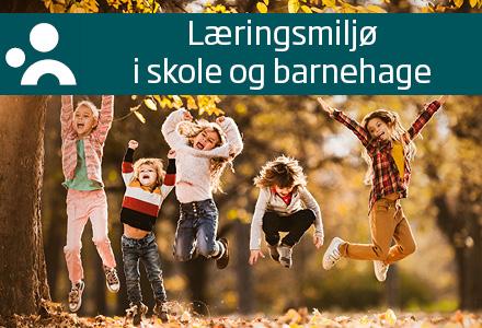 Podcastillustrasjon for Læringsmiljø i skole og barnehage. Fire barn som hopper i skog med høstfarger. Podcasttittel og logo for Læringsmiljøsenteret